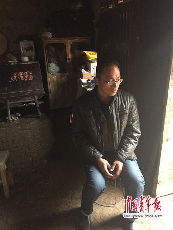 楊波濤坐在老家的屋裡。