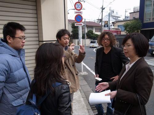 采访团在东京新宿采访