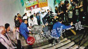 眾人正在將260斤的胖小伙抬出地鐵站