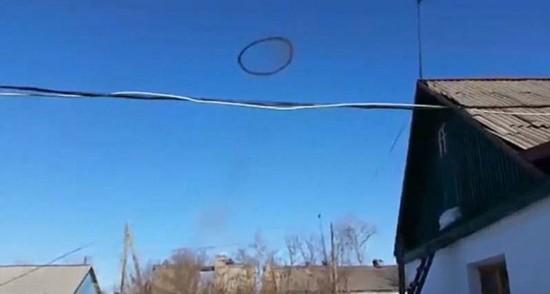 哈萨克斯坦上空发现神秘环状黑雾 直径达百米