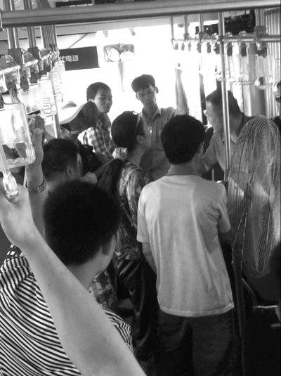 海口乘客带风扇坐公交 司机:你不下车我不开