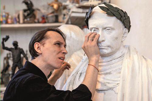 """2015年3月18日,戈尔什科夫在创作普京雕塑像,将其""""雕""""成罗马皇帝"""