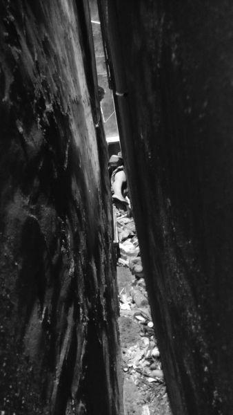 海口:女子被困墙缝里 侧躺在地上一动不动