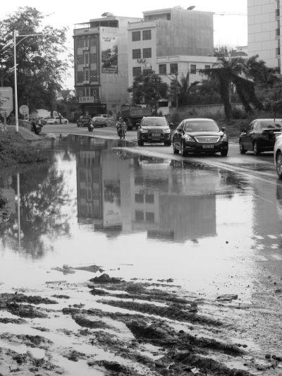 海口一路面积水三四个月无人管 出行受影响
