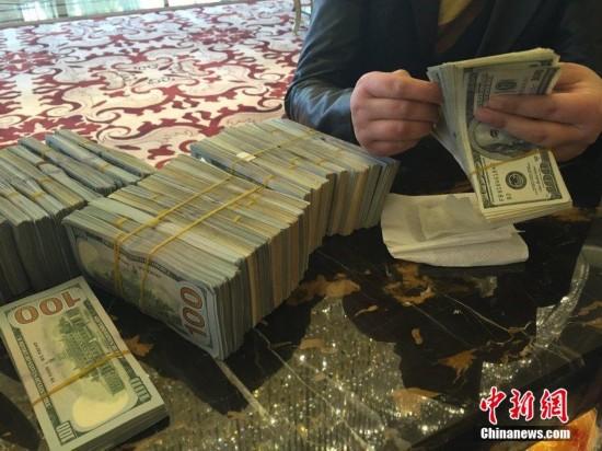 杭州一土豪捧33万美金现钞定豪宅