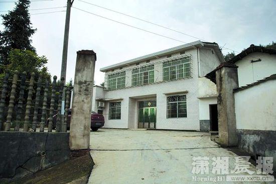 4月9日,长沙县福临镇,袁某家中大门紧闭,他已回家休养,并被警方监视居住。图/记者唐柏清