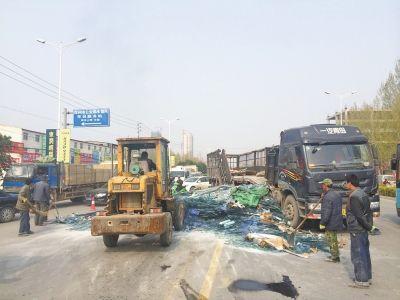 郑州运玻璃大货车与轿车相撞 30多吨玻璃破栏而出