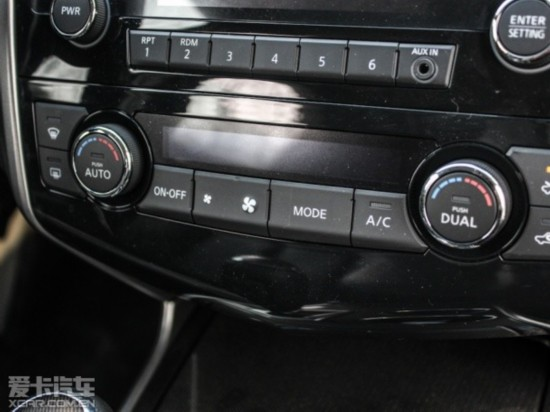 天籁2.0L XE时尚版具有一键启动系统   最后我们来看看安全与操控配置,值得肯定的是两款车型的安全配置还都算是比较全面,两车都标配了前排双气囊、前排侧气囊、动态稳定系统、刹车辅助以及坡起辅助系统。其中XR-V 1.8L EXi CVT舒适版拥有自动驻车与电子手刹,而天籁 2.0L XE时尚版则多出了前/后头部气帘,总体来看两车表现相差不大。