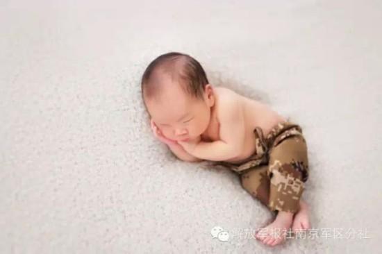 军人父亲为十天大儿子拍照 宝宝穿迷你军装