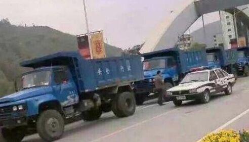 小伙婚禮用18輛卡車迎親 實拍各種奇葩婚車