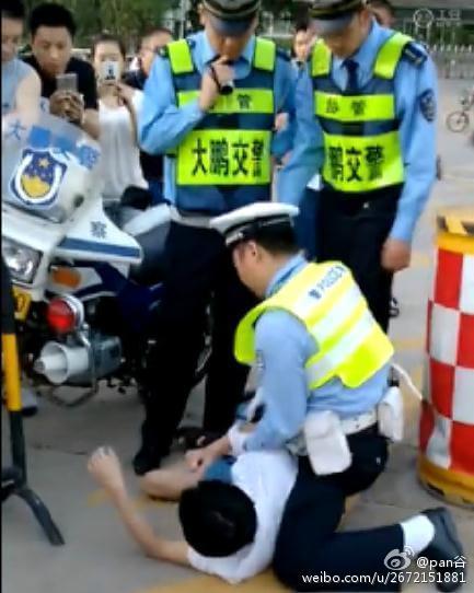 交警跪压车主被疑暴力执法 回应:车主不听指挥