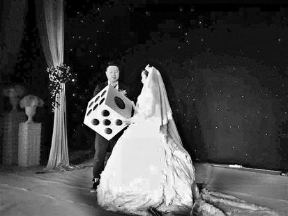 婚礼上新郎送给新娘一个大骰子