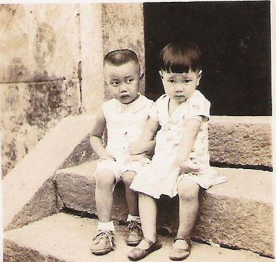 當年定了娃娃親的兩人坐在石階上。