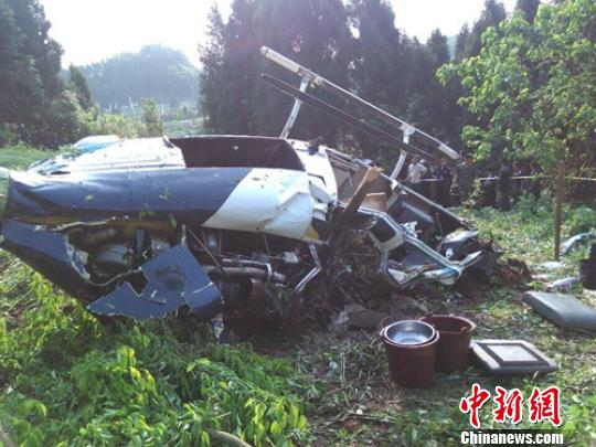 四川资阳劳动镇一直升机坠落1人被困死亡(图)