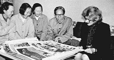 一九八二年,基辛格夫人南希在上海挑选金山农民画。