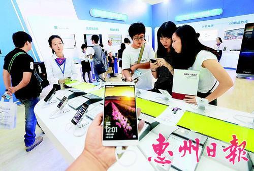 市民在第三届云博会上体验新款手机。 (资料图片)