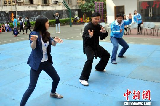 越南青年代表团访广西 体验中国武术和包饺子