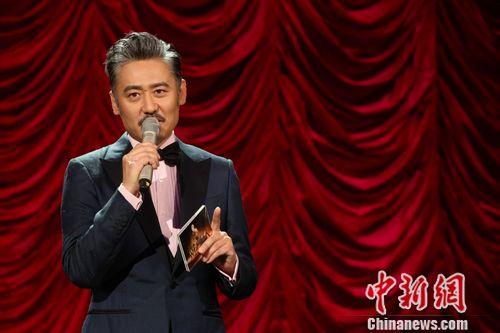 吴秀波当《欢乐喜剧人》主持现场被起哄唱歌(图)