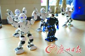 """餐厅还引进了""""会跳舞""""的机器人。"""
