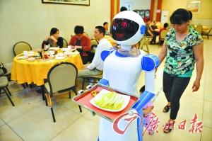 机器人进驻餐厅,引得不少顾客慕名前来。