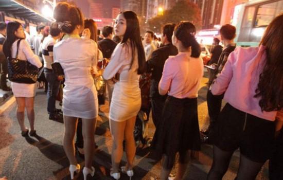 深圳一桑拿中心外墙起火 上百女技师街上避难