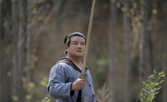 男子弃国企荒野铸剑  一把剑卖20万(图)