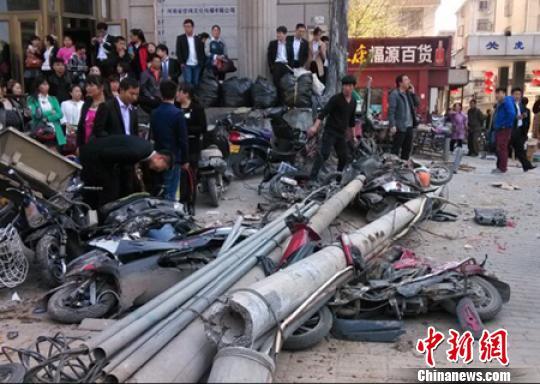 郑州一失控铲车横穿闹市掀翻线杆砸坏十余电车
