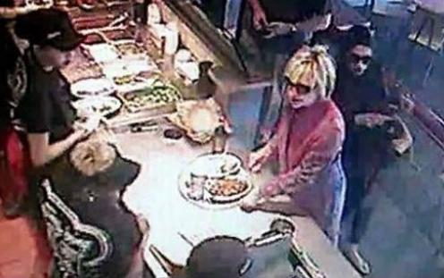 希拉里戴墨镜在快餐店排队点餐无人认出(图)