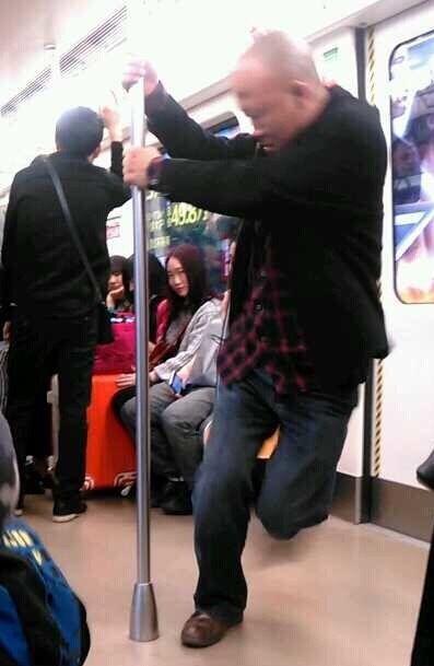 光头大叔地铁跳钢管舞爆红 雷人高手在民间(组图)