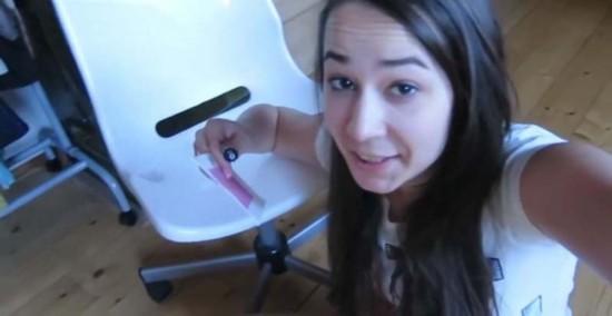 捷克男子恶搞女友遭报复,赤身裸体被粘在椅子上。(网页截图)