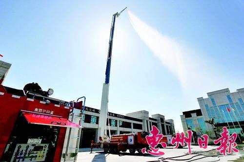 大亚湾化工园区应急救援设备先进多样。这是72米举高喷射消防车。 本报记者王建桥 摄