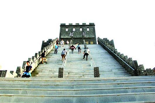 武汉一大学校内建千米长城 校方400万重金造景