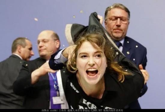 美女示威者纸片袭击欧洲央行行长