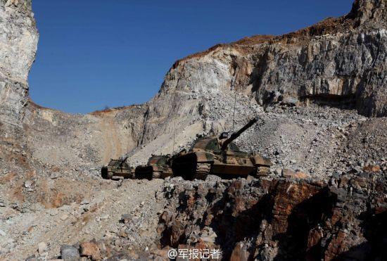 高清:解放军坦克纵队开上悬崖峭壁