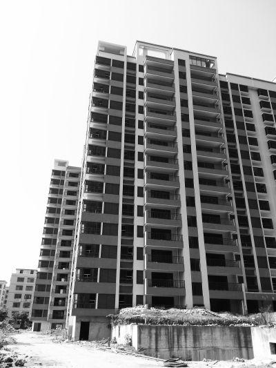 在建集资楼下沉倾斜 市民:住着能安心吗?