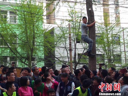 歌手许巍太原签售气氛火爆歌迷爬树围观(图)