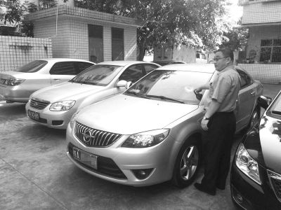 与小区保安起冲突第2天业主车被砸 警方介入