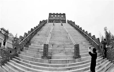 """武汉生物工程学院建设的""""校园长城""""""""雄关""""高达6层楼 供图/CFP-"""