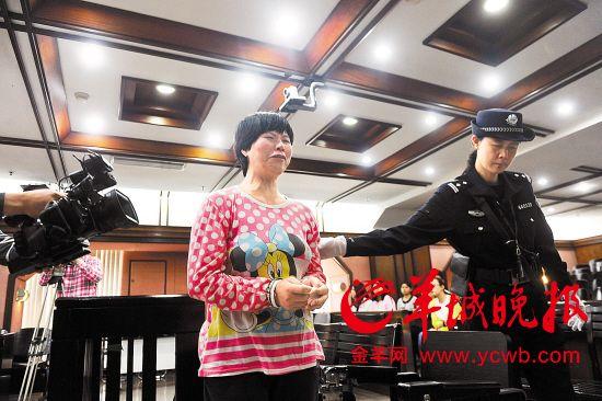 现场公判女犯-女毒贩藏毒92斤获死刑 哭诉自己是文盲遭别人利用图片
