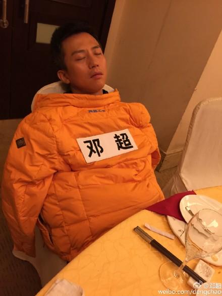 """接着跑男郑恺回应:\""""一开始叫我睡觉我是拒绝的...zzzz.\""""..."""