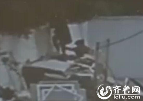 两女生翻墙出校园。(视频截图)