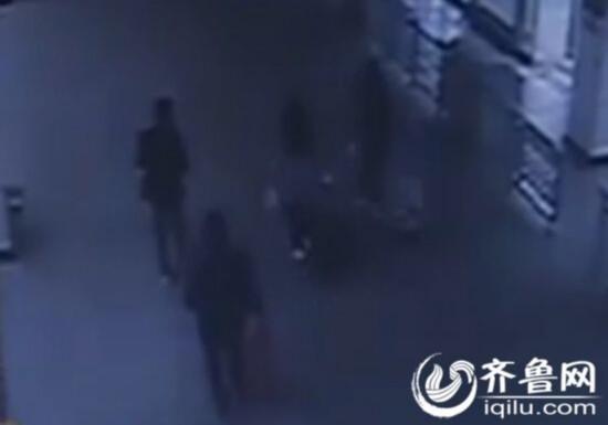 从视频监控中可以看到两位少女和两个男子一起离开。(视频截图)