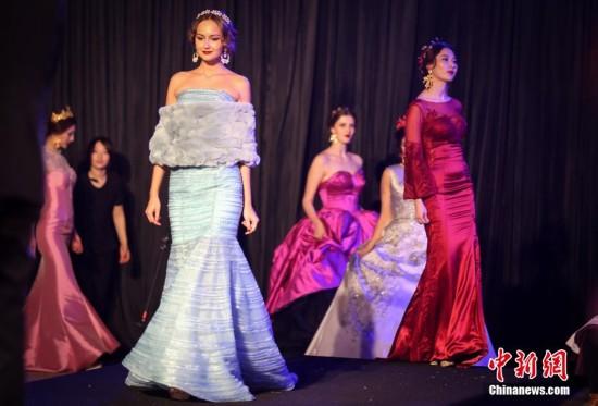 南京百家湖畔上演婚典秀 高挑靓模夺人眼球