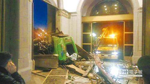 台男子驾车冲撞马英九办公室受审辩称无杀人意图