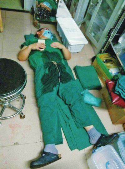 医生连续23小时做手术中间仅就地睡几分钟(图)