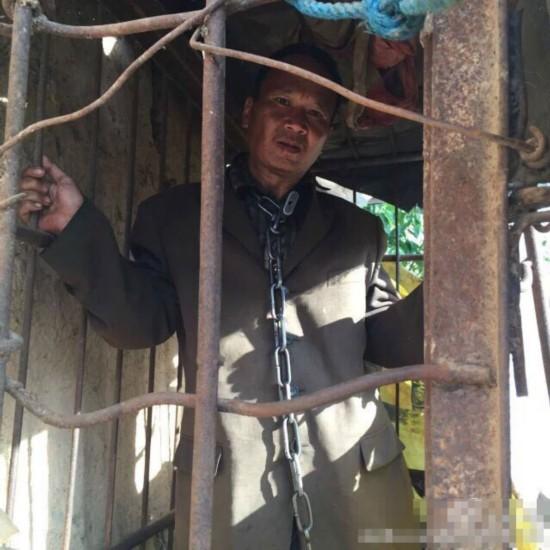 云南一精神病男子杀害奶奶 被家人囚禁铁笼11年