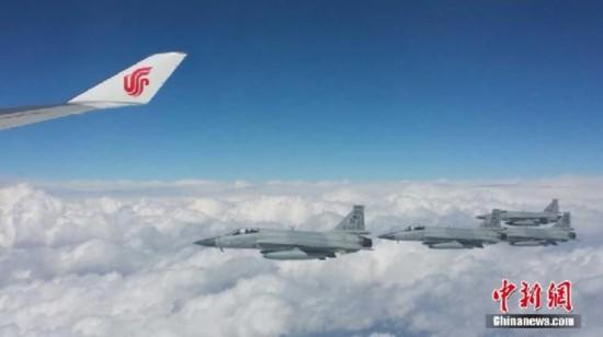 巴基斯坦枭龙战机编队为习近平专机护航(组图)