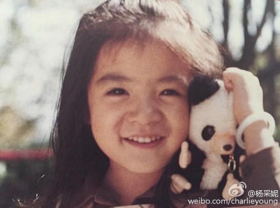 杨采妮晒童年旧照戴手镯将熊猫玩具放脸旁(图)