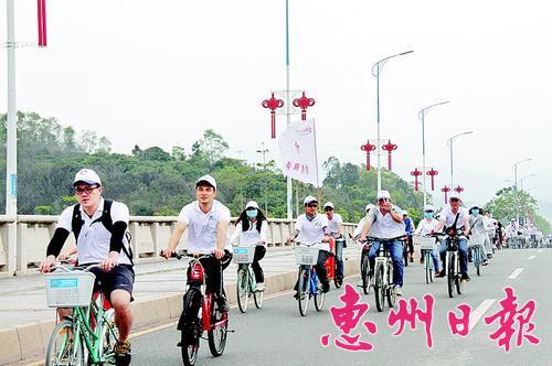 公益骑行队伍成了一道亮丽风景线。