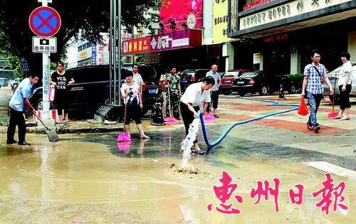 去年5月,内涝过后市民清扫街道。 (资料图片)